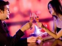 stel-koppel-romantisch-dineren-wijn-champagne-restaurant-2010-valentijn-5363968_stelromantischdinere